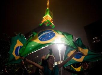 Manifestante ergue a bandeira brasileira em São Paulo. Foto: Marcelo Camargo/ABr